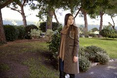 Jonge mooie vrouw in de ochtend in het stellen van Monaco Stock Fotografie