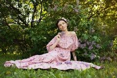 Jonge mooie vrouw in de tuin Stock Afbeelding