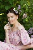Jonge mooie vrouw in de tuin Royalty-vrije Stock Fotografie