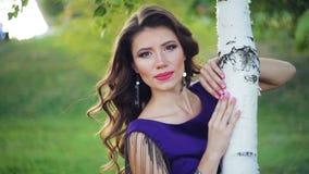 Jonge mooie vrouw dichtbij de berk in de zomer groen park stock video