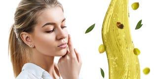 Jonge mooie vrouw dichtbij plons van olijfolie royalty-vrije stock afbeelding