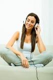 Jonge mooie vrouw die aan audio luisteren Royalty-vrije Stock Fotografie