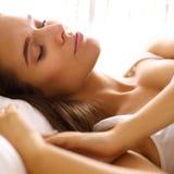 Jonge mooie vrouw die in bed liggen royalty-vrije stock afbeelding