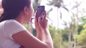 Jonge mooie vrouw die beeld met het gebruik van mobiele smartphone nemen stock footage