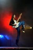Jonge mooie vrouw die de gitaar speelt Royalty-vrije Stock Afbeelding