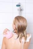 Jonge mooie vrouw die douche met spons nemen Royalty-vrije Stock Foto's
