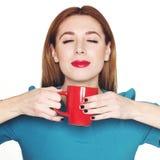 Jonge mooie vrouw die een kop thee of een koffie houden Royalty-vrije Stock Fotografie