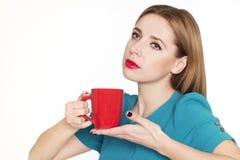 Jonge mooie vrouw die een kop thee of een koffie houden stock foto