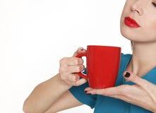 Jonge mooie vrouw die een kop thee of een koffie houden stock afbeeldingen