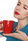 Jonge mooie vrouw die een kop thee of een koffie houden royalty-vrije stock afbeelding