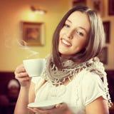 Jonge mooie vrouw die een mok houden Royalty-vrije Stock Fotografie