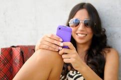 Jonge mooie vrouw die een SMS schrijft Royalty-vrije Stock Afbeeldingen