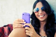 Jonge mooie vrouw die een SMS schrijft Stock Afbeeldingen