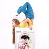 Jonge mooie vrouw die een wasmachine met behulp van Royalty-vrije Stock Afbeelding