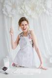 Jonge mooie vrouw die eigengemaakte croissants voorbereiden Royalty-vrije Stock Afbeelding
