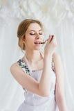 Jonge mooie vrouw die eigengemaakte croissants voorbereiden Royalty-vrije Stock Foto's