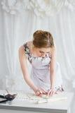 Jonge mooie vrouw die eigengemaakte croissants voorbereiden stock afbeeldingen