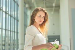 Jonge mooie vrouw die groen notitieboekje houden royalty-vrije stock foto's