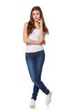 Jonge mooie vrouw die het bekijken aan de kant lege exemplaar ruimte, volledige die lengte denken, over witte achtergrond wordt g Stock Foto