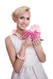 Jonge mooie vrouw die kleine giftdoos met lint houdt Royalty-vrije Stock Foto's