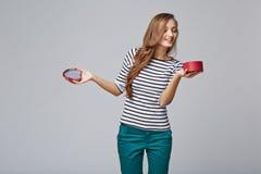 Jonge mooie vrouw die kleine rode doos houden Studioportret  Stock Afbeelding