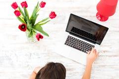 Jonge mooie vrouw die laptop thuis met behulp van stock afbeelding