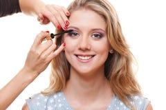Jonge mooie vrouw die mascara toepast Royalty-vrije Stock Afbeeldingen