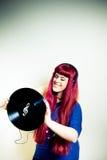 Jonge mooie vrouw die met hoofdtelefoons en vinylverslag dansen Royalty-vrije Stock Foto's