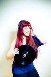 Jonge mooie vrouw die met hoofdtelefoons en vinylverslag dansen Royalty-vrije Stock Foto