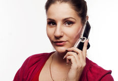 Jonge mooie vrouw die op de telefoon spreekt Royalty-vrije Stock Afbeeldingen