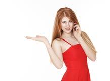 Jonge mooie vrouw die op de telefoon spreken en iets houden stock afbeeldingen