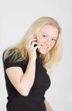 Jonge mooie vrouw die op mobiele telefoon spreekt Royalty-vrije Stock Afbeeldingen