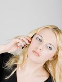 Jonge mooie vrouw die op mobiele telefoon spreekt Stock Afbeelding
