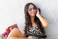 Jonge mooie vrouw die op telefoon spreekt Stock Afbeeldingen