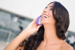 Jonge mooie vrouw die op telefoon spreekt Royalty-vrije Stock Fotografie