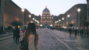 Jonge mooie vrouw die in Piazza Di spagna in Rome, Italië lopen Het meisje gaat naar Heilige Peter Cathedral Langzame Motie Royalty-vrije Stock Foto
