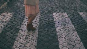 Jonge mooie vrouw die in Piazza Di spagna in Rome, Italië lopen Het meisje gaat naar Heilige Peter Cathedral Langzame Motie Royalty-vrije Stock Foto's