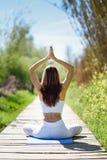 Jonge mooie vrouw die yoga in aard doen royalty-vrije stock foto
