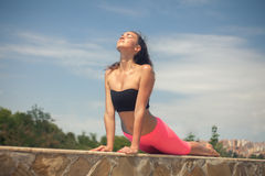 Jonge mooie vrouw die yoga openlucht bij zonnige dag doen Royalty-vrije Stock Afbeeldingen