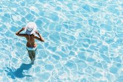 Jonge mooie vrouw die zich in het overzees bevinden en van de zomer genieten De de zomerpret, vakantie, vakantie, geniet het leve stock foto