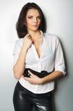 Jonge mooie vrouw die zich tegen een muur bevindt Royalty-vrije Stock Fotografie