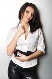 Jonge mooie vrouw die zich tegen een muur bevindt Royalty-vrije Stock Afbeeldingen