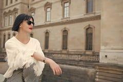Jonge mooie vrouw die in zonnebril in Parijs, Frankrijk lopen royalty-vrije stock foto's
