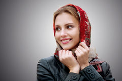 Jonge mooie vrouw in een rode sjaal Stock Afbeeldingen
