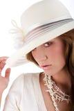 Jonge mooie vrouw in een witte hoed Stock Afbeeldingen
