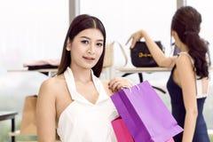 Jonge mooie vrouw en vriend met het winkelen zak het genieten van royalty-vrije stock afbeelding
