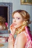 Jonge mooie vrouw in engelenkostuum stock fotografie