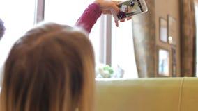 Jonge mooie vrouw foto nemen zelf en haar vriend die met smartphone in koffie stock video