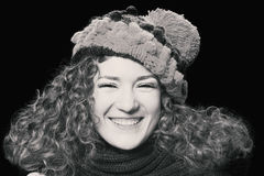 Jonge mooie vrouw in gebreide grappige hoed Stock Afbeelding