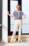Jonge mooie vrouw in gestreepte blouse Stock Fotografie